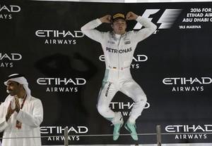 Eufórico 8 Rosberg salta de alegría en el podio tras ganar el Mundial.