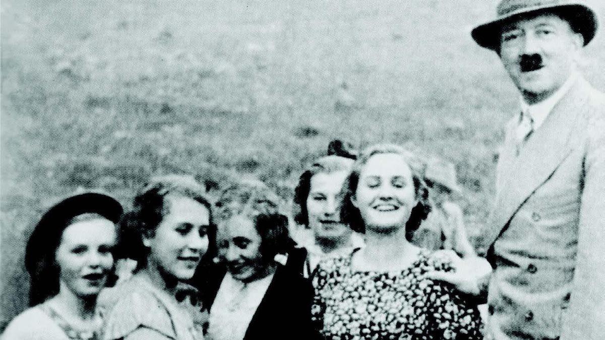 La familia Matthews y unas amigos, con Hitler en Berchtesgaden, en 1935, con quien se toparon casualmente mientras estaban de vacaciones en Alemania.