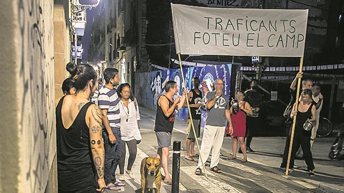 Cacerolada de los vecinos de la calle de la Riereta contra los bajos 'okupados' por traficantes de droga.