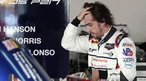 Fernando Alonso se baja de su coche en Daytona (EEUU).