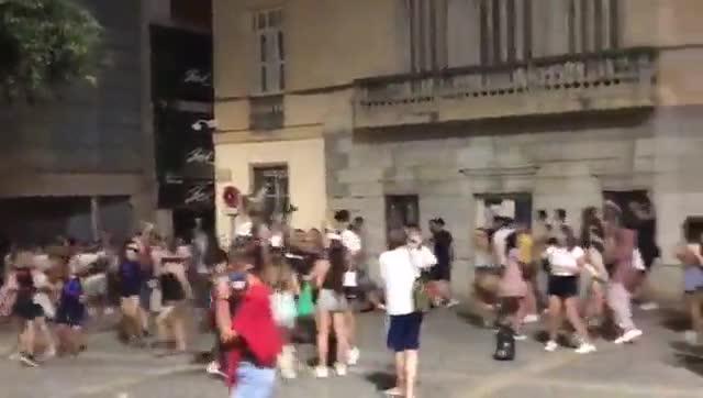 Fiesta en las calles de Mataró a pesar de las restricciones por los rebrotes.