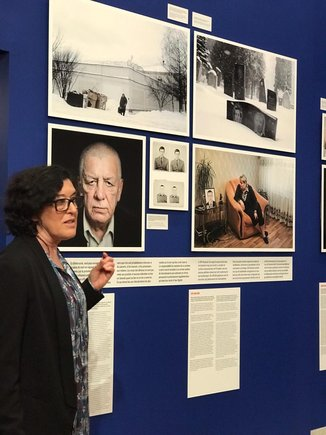 La fotógrafa española Sofía Moro, junto a algunas de sus obras en la muestra sobre la pena capital.