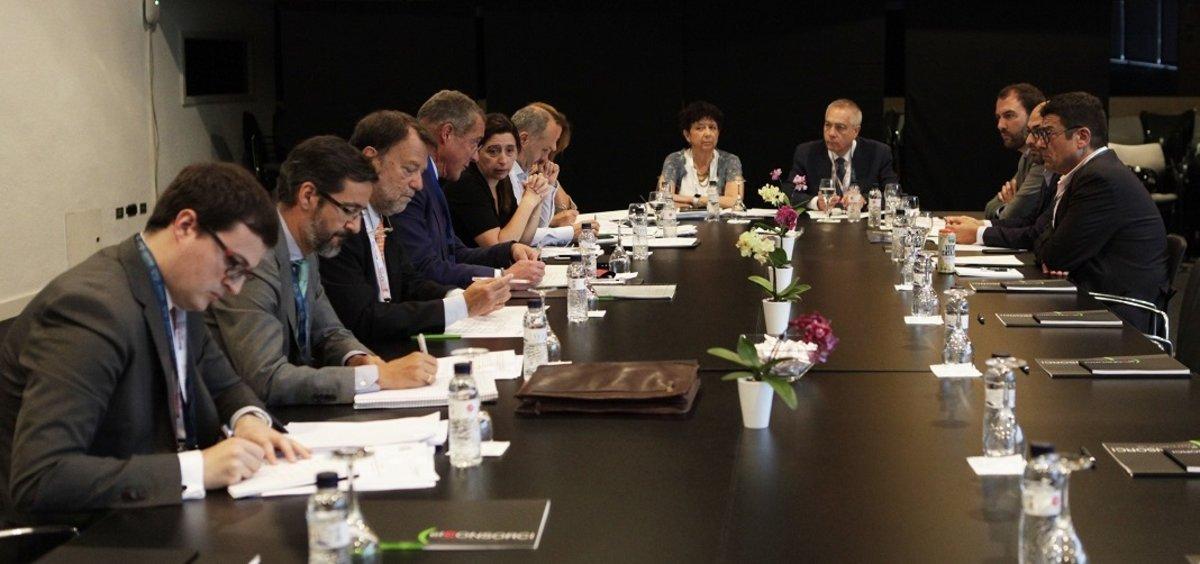 La subsecretaria de Hacienda, Pilar Paneque, y los delegados de las siete zonas francas de España se reunen en el Palacio de Congresos de Barcelona.