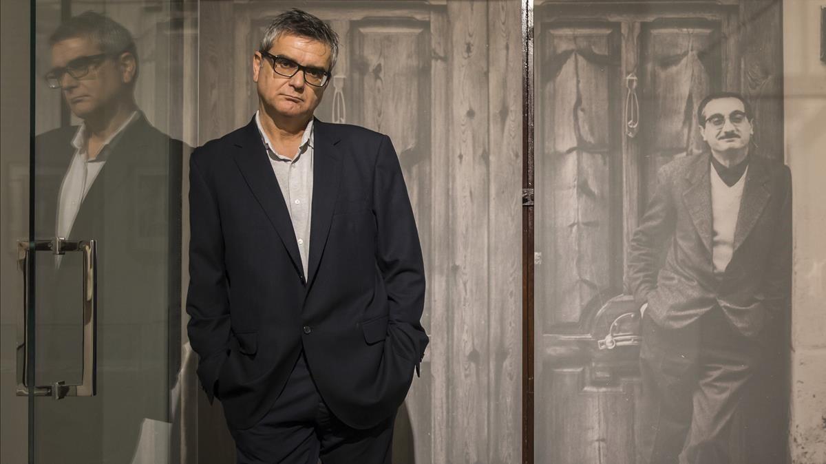 Francesc Bayarri, autor del libro Matar Joan Fuster, en la casa del escritor, donde sufrió el atentado en 1981