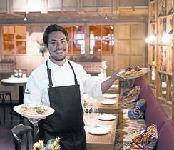 Francisco Benítez, xef de LEggs, amb dos dels seus plats dou.