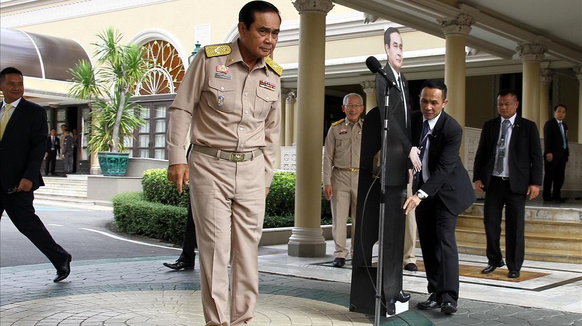 El general Prayuth se despide de la prensa y deja a su 'doble' de cartón, en Bangkok.