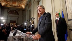 El nuevo primer ministro italiano, Paolo Gentiloni, se dirige a los periodistas tras recibir el encargo de formar nuevo gobierno.