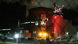 Greenpeace lanza fuegos artificiales en la central nuclear de Cattenom (Francia).