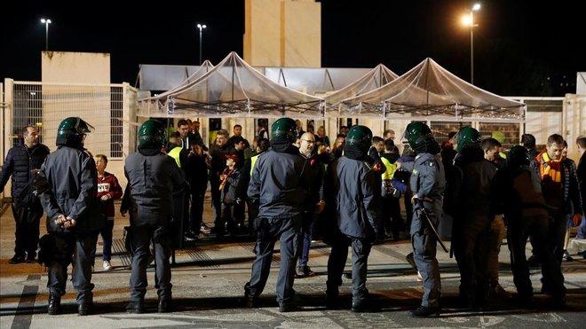 Un grupo de policías vigilan a los seguidores rusos del CSKA en Roma.
