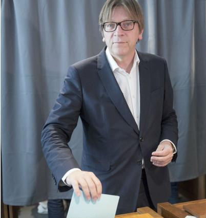 El líder del partido 'Alliance of Liberals and Democrats for Europe' (ALDE), Guy Verhofstadt, vota en Bélgica.