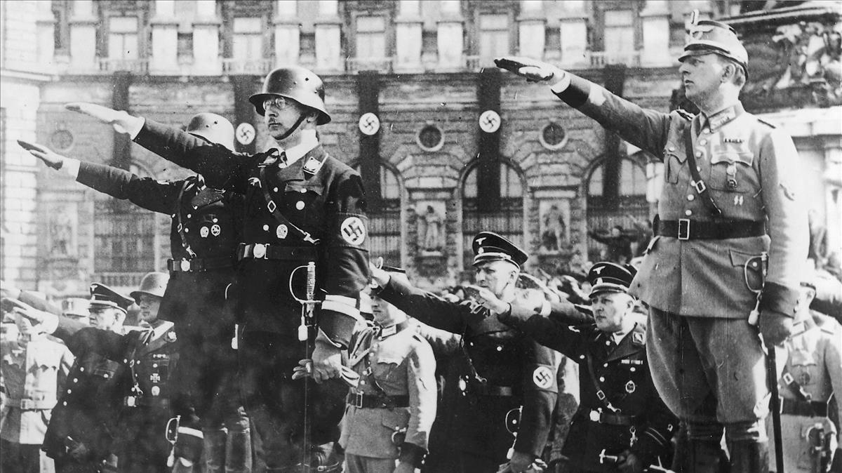 El jefe de la SS, Heinrich Himmler, en una parada militar en 1938.
