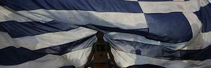 Un hombre bajo la bandera griega.