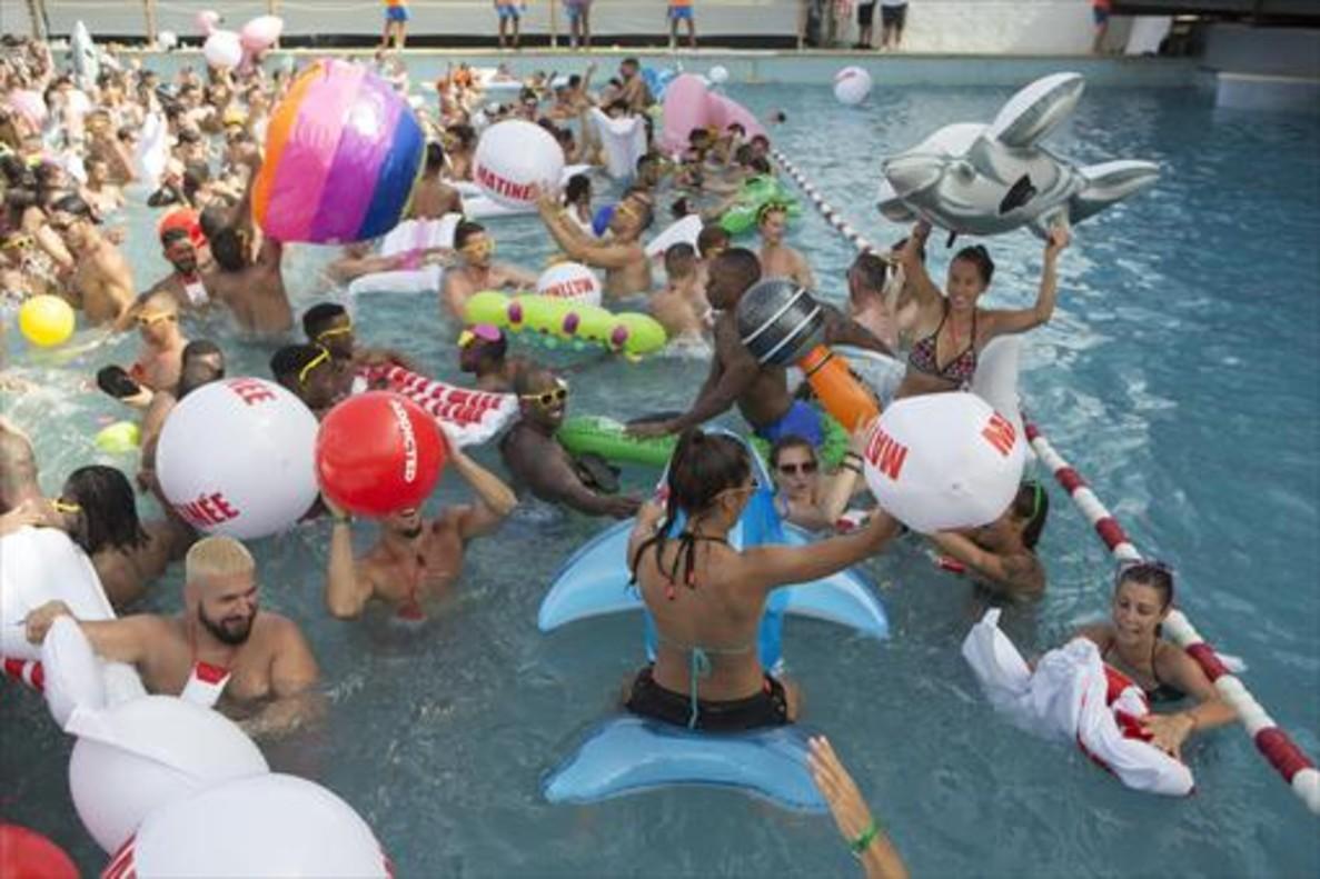 Hombres y mujeres en la fiesta de lapiscina de Illa Fantasia, en una anterior edicion del Circuit.