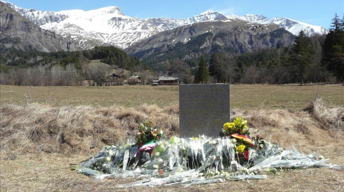 Monolito de homenaje a las victimas del accidente de avion de Germanwings en los Alpes franceses en Le Vernet.