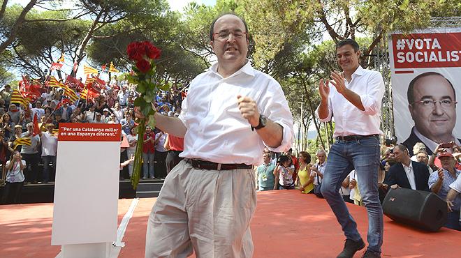 El líder socialista se arranca de nuevo a bailar con Miquel Iceta al finalizar un acto de campaña en Gavá.