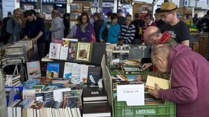El mercado de libros dominical de Sant Antoni, en su ubicación actual, bajo una marquesina en Urgell.