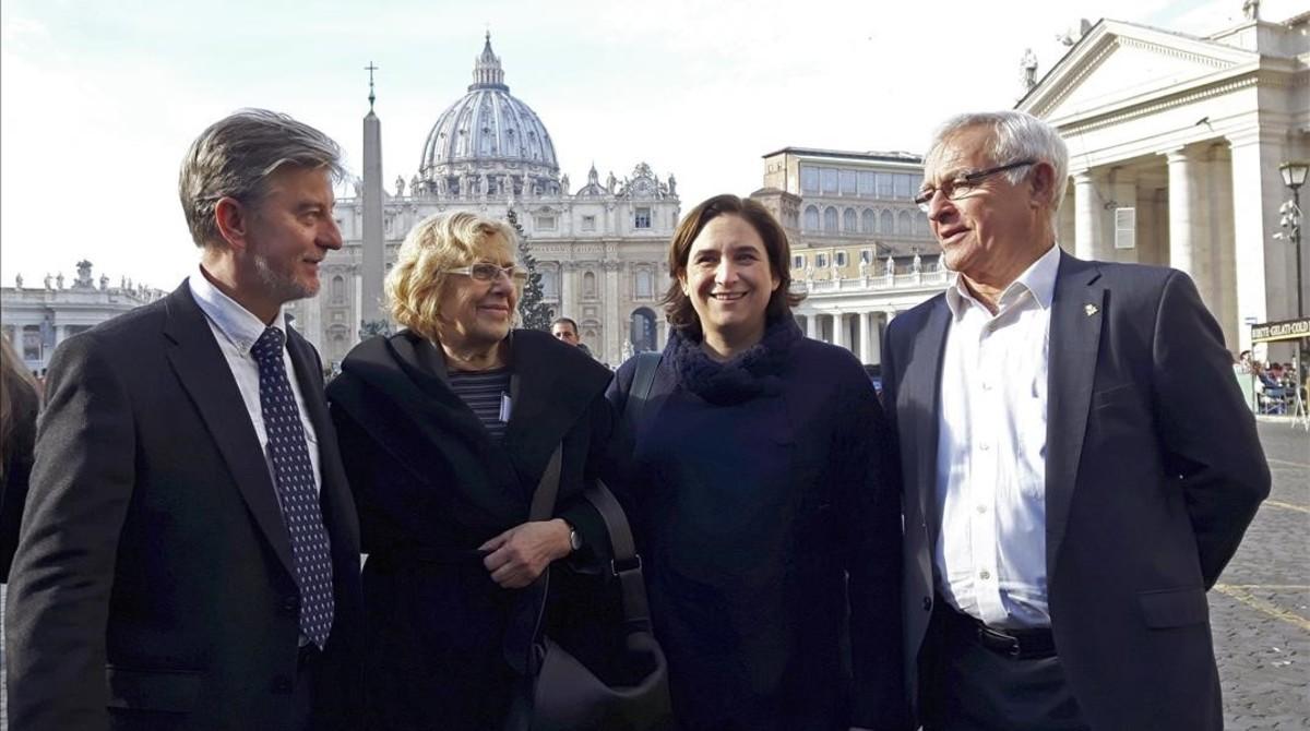 Los alcaldes de Zaragoza, Pedro Santisteve, de Madrid, Manuela Carmena, de Barcelona, AdaColau, y de Valencia, Joan Ribó, en una visita al Vaticano en diciembre pasado.