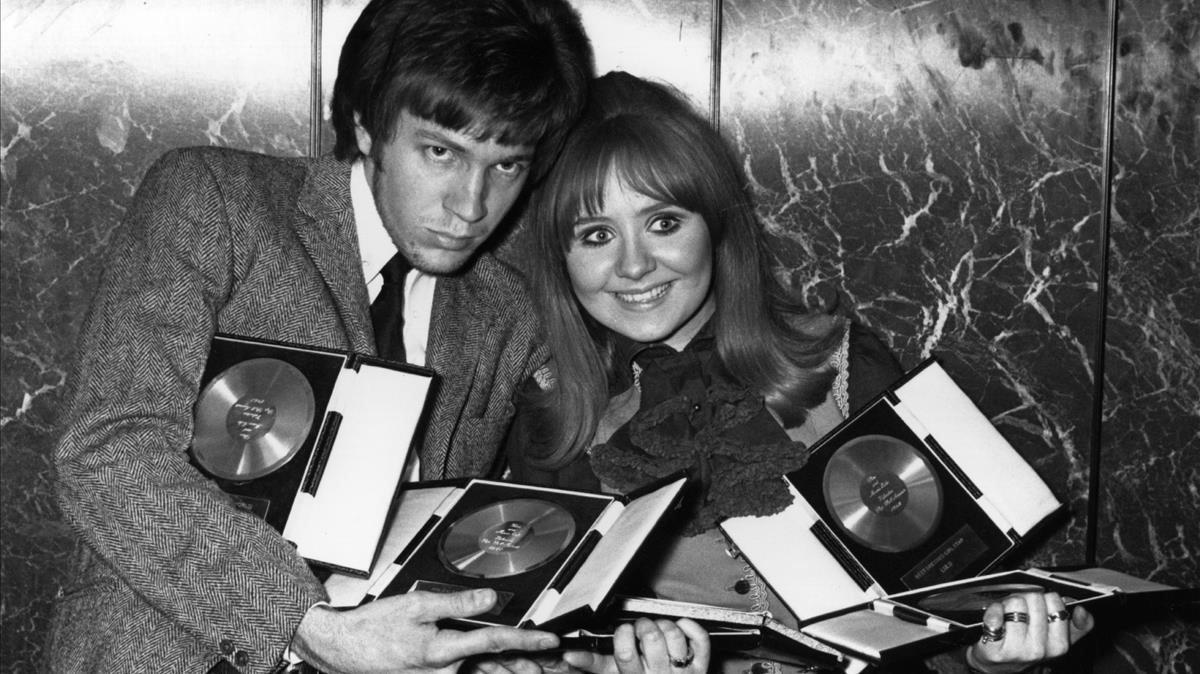 Scott Walker, en una imagen de archivo junto a la cantante Lulu.