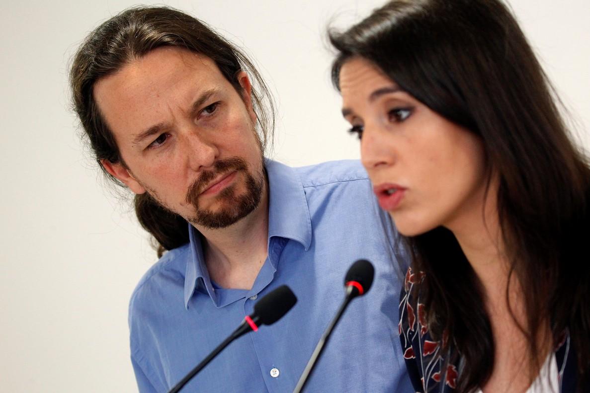 El secretario general de Podemos, Pablo Iglesias, y la portavoz parlamentaria, Irene Montero, durante su comparecencia en rueda de prensa, en la que anunciaronque someterían sus cargos a la decisión de los inscritos de Podemos, tras la polémica suscitada por la compra de un chalet.