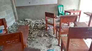 Se observan escombros de concreto en el piso de un aula en el internado islámico Al Anshor después de un terremoto en Ambon, provincia de Maluku, Indonesia.
