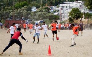 Inmigrantes en la isla de Samos juegan un partido de fútbol.