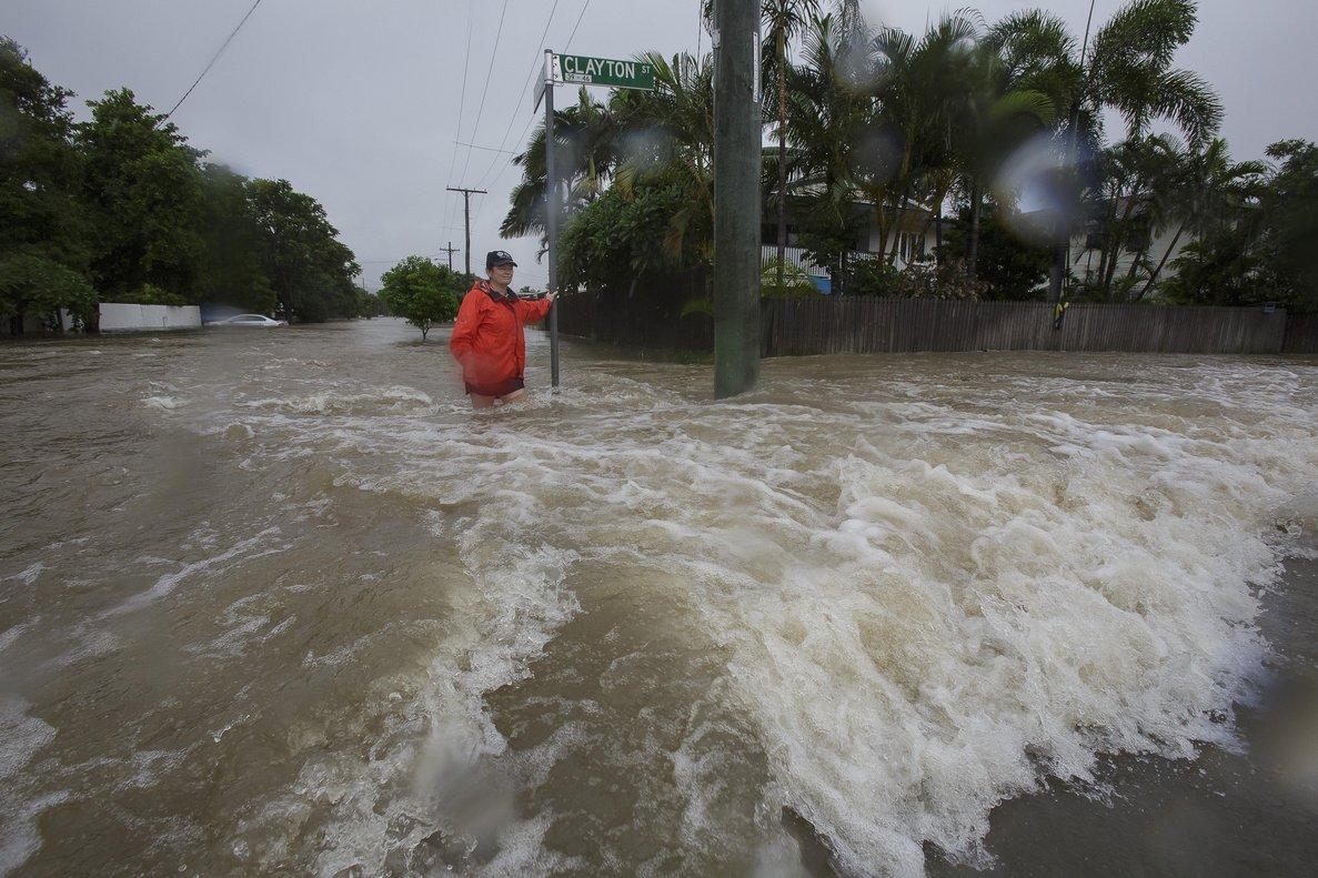 Las fuertes lluvias en Autraliainundan cientos de casas y las personas intenta protegerse.EFE EPA ANDREW RANKIN