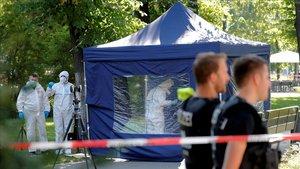 Investigadores de la policía alemana, en la escena del crimen del pasado agosto que ha originado la expulsión de diplomáticos rusos de Berlín.
