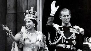 Isabel II, recién coronada, saluda junto a su marido, el duque de Edimburgo, el 2 de junio de 1953, en Londres.