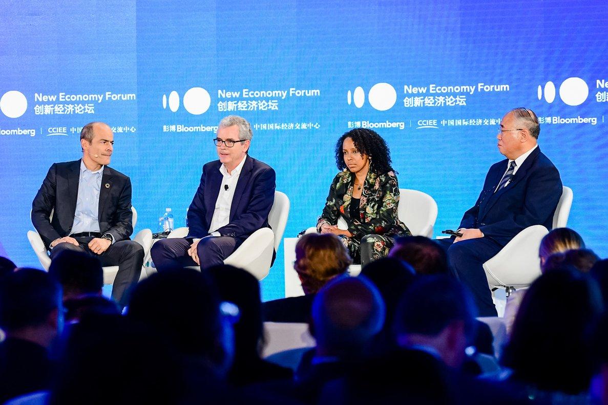 En la imagen, de izquierda a derecha: Carlos Brito, Pablo Isla, Sara Menker y Xie Zhenhua, durante el encuentro económico organizado por Bloomberg en Pekín.