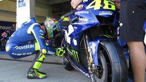 El italiano Valentino Rossi, ayer, en Jerez, en su tradicional ritual de concentración antes de subirse a su Yamaha.