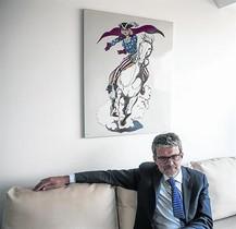 Jaime Malet, sota un quadro de lil·lustrador Mel Ramos, al seu despatx.