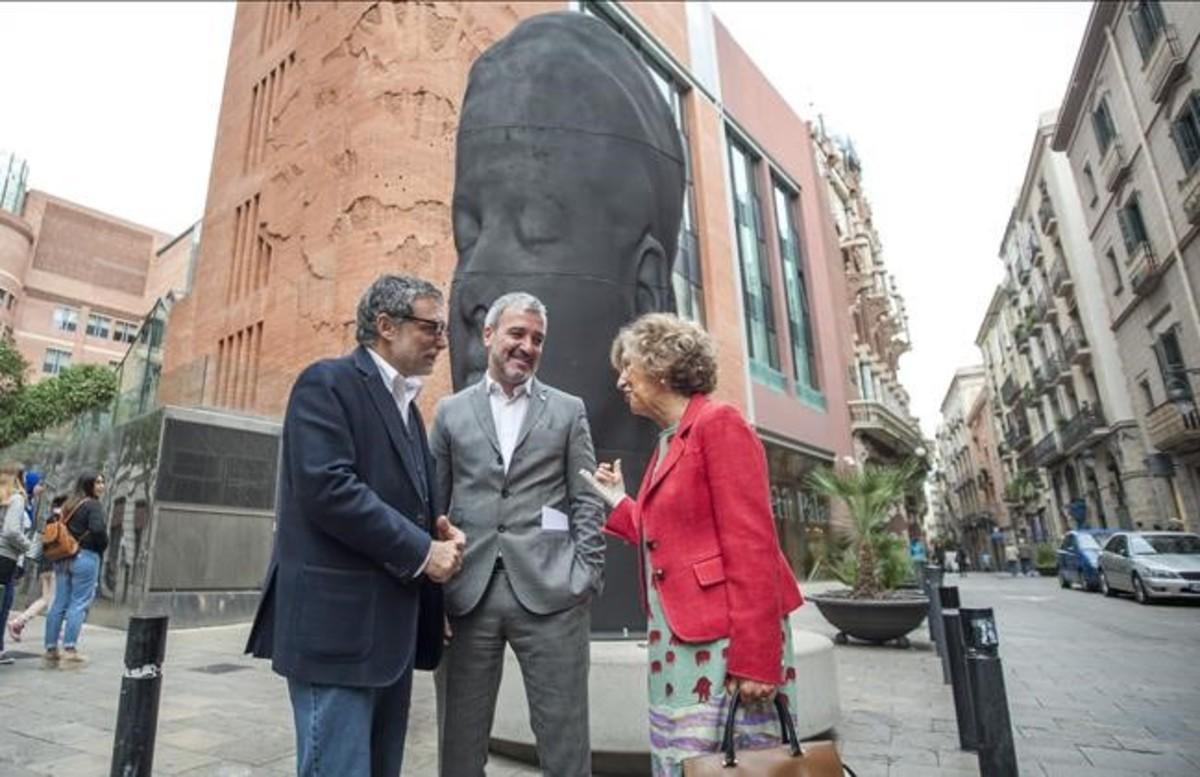 Jaume plensa, Jaume Collboni y Mariona Carulla, esta mañana frente a la escultura 'Carmela'.