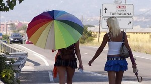 Dos chicas ejercen la prostitución en un carretera de Tarragona.