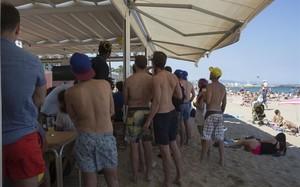 Aficionados argentinos observan el partido del Mundial contra Islandia en el chiringuito Blue de la playa de Sant Miquel, esta tarde.