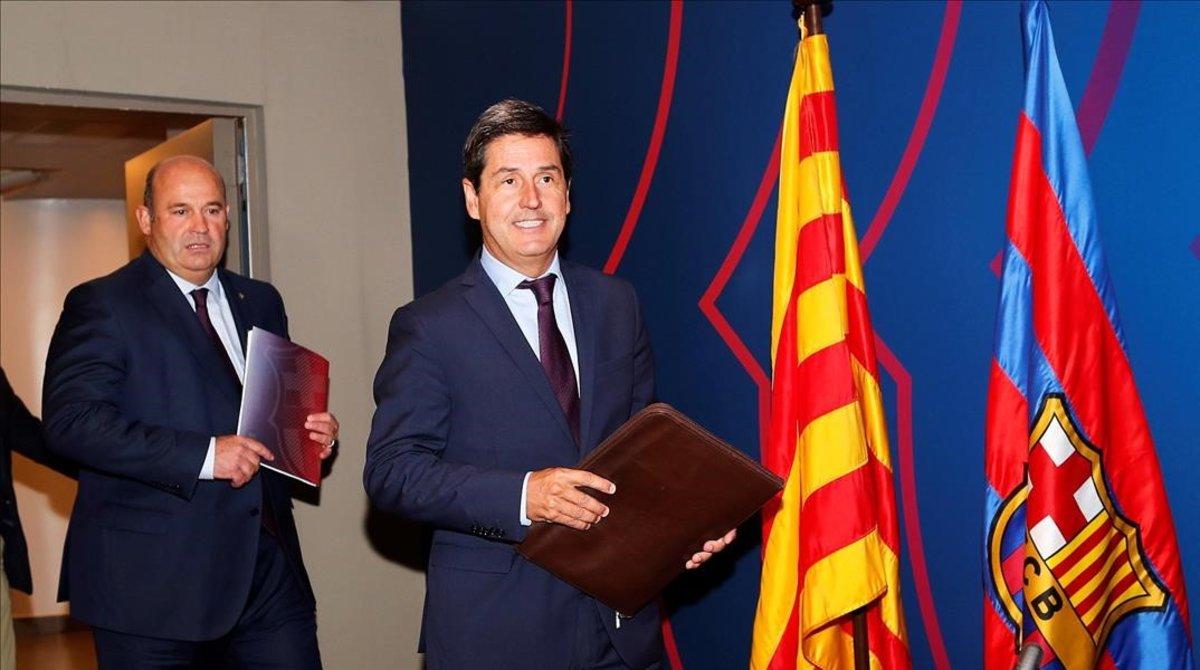 Enrique Tombas, tesorero del Barça, y Òscar Grau, director general, antes de exponer las cuentas del Barça.