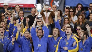 Los jugadores del CN Atlètic Barceloneta celebran la Copa del ey conquistada en Santa Cruz de Tenerife.
