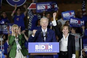 Joe Biden, flanqueado por su esposa (izquierda) y su hermana, tras su victoria en el Supermartes.