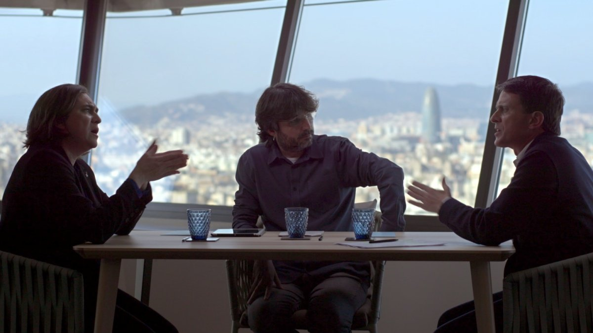 Jordi Évole con Ada Colau y Manuel Valls en 'Salvados'.