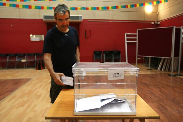 Josep Manel Ximenis, exalcalde de Arenys de Munt, poniendo una urna para la consulta del municipio, en una foto de archivo.