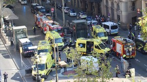 Los cuerpos de emergencias socorren a las víctimas en la Rambla de Barcelona el pasado 17 de agosto.
