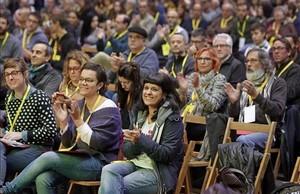 Las diputadas de la CUPMireia Vehíy Anna Gabriel en la asamblea de la CUP de este domingo en Granollers (Barcelona).