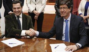 Juanma Moreno, del PP(izquierda), futuro presidente de la Junta de Andalucía y Juan Marín (Ciudadanos), próximo vicepresidente, este miércoles.
