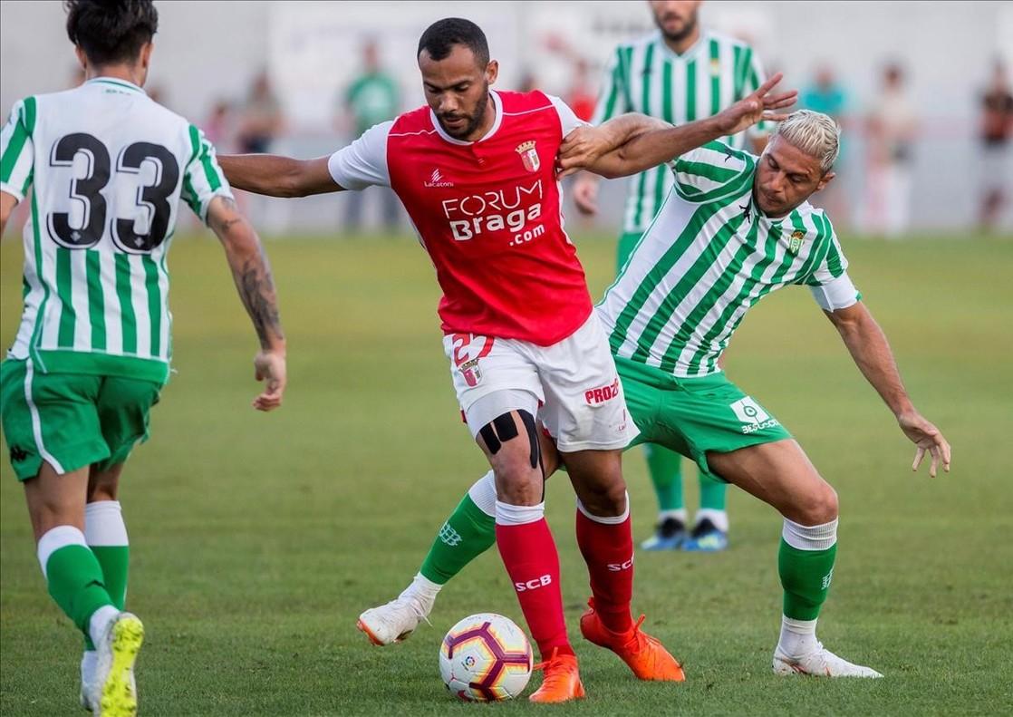 El jugador del Sporting de Braga Fransergio protege un balon ante Joaquin