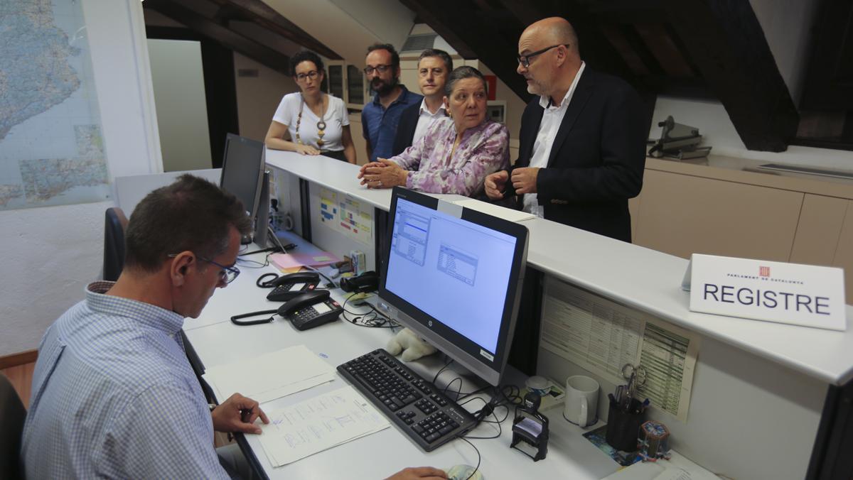 Los diputados de Junts pel Sí y la CUP registrandola ley del referéndum en el Parlament.