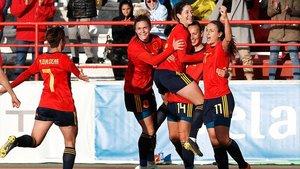 Las jugadoras españolas celebran el primer gol, de Alexia Putellas.