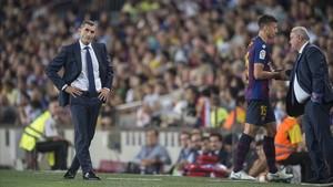 Lenglet se dirige al vestuario tras ser expulsado ante la preocupación de Valverde.