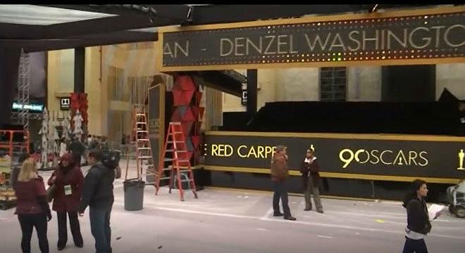 La lluvia en Los Angeles ha obligado a los técnicos a cubrir con una carpa la entrada al Dolby Theatre parala ceremonia de los Oscar.