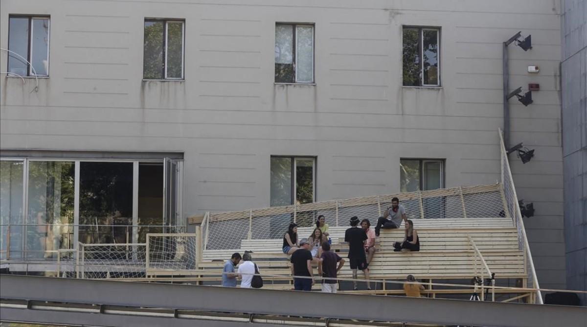 Los alumnos de arquitectura efímera de Elisava, este martes en el nuevo espacio temporal que permitirá durante seis meses 'ver' y 'oír' la Rambla de otra forma desde la terraza del Arts Santa Mònica.
