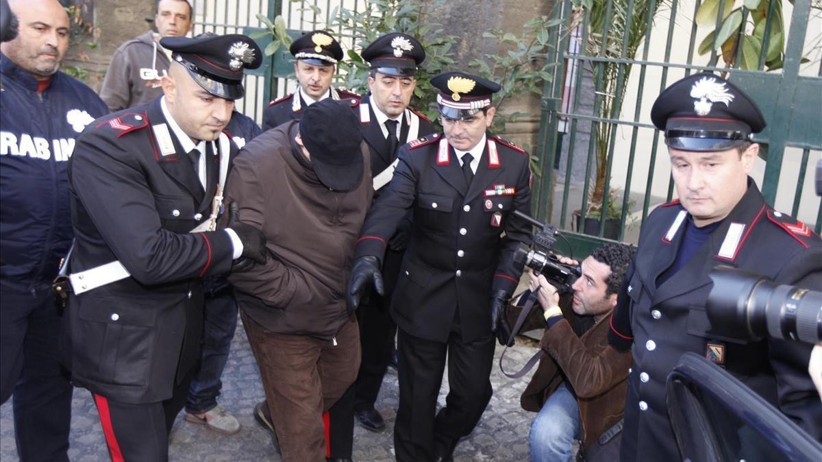 Los 'carabinieri' escoltan al mafioso Pasquale Russo, una escena que podría reproducir cualquier 'giallo'.