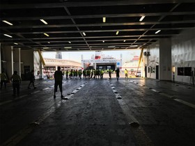 Los estibadores bloquan la salida de los pasajeros de un ferri en Barcelona.